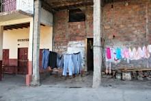 Vor allem die Wäsche hängt gerne vor der Tür oder auf dem Dach. Und auch die Mädchen hier LIEBEN pink